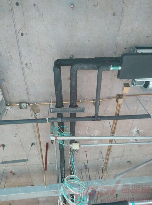 在进行中央空调安装时,空调的出风口不能装在灯带的附近