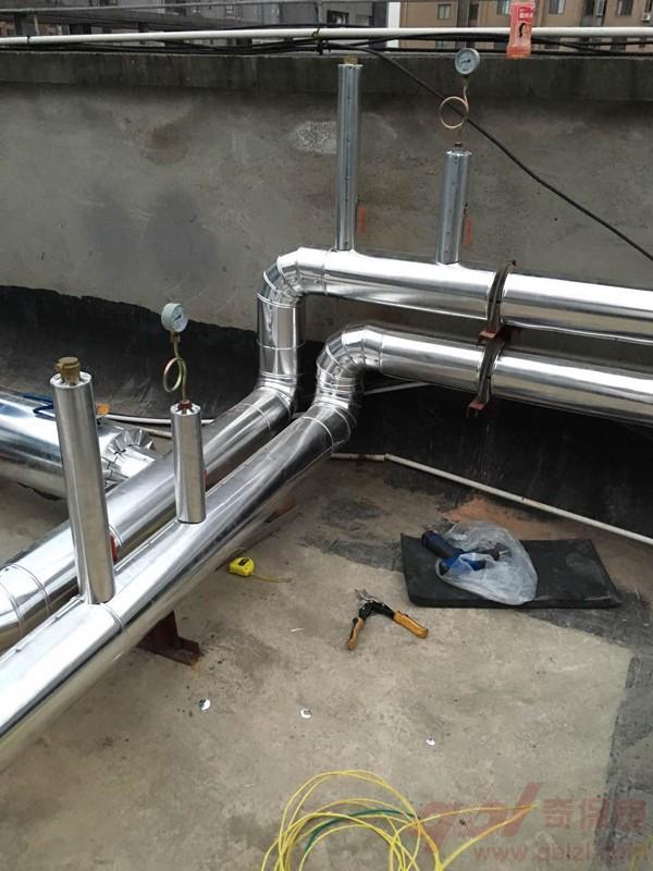 水系统中央空调室外机一般称为冷热水机组,室内机一般为风机盘管,通过水管连接。室外机压缩机出来的冷媒(制冷剂)高温高压的气体,流经冷凝器,降温降压,冷凝器通过冷却水系统将热量带到冷却塔排出,冷媒继续流动经过节流装置,成低温低压液体,流经蒸发器,吸热,再经压缩。在蒸发器的两端接有冷冻水循环系统,制冷剂在此次吸的热量将冷冻水温度降低,使低温的水流到用户端,再经过见机盘管进行热交换,将冷风吹出。 水系统中央空调一定要做风道吗?相信大家应该已经了解了吧!水系统中央空调能通过对气流的控制,使得房间温度均匀稳定,舒适性